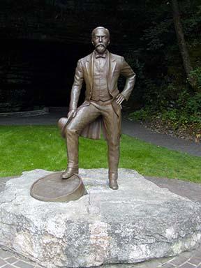 distill-statue